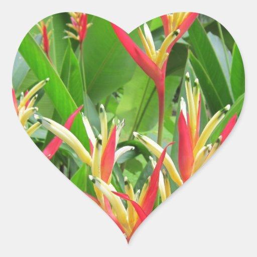 Flores exóticas del naranja y del oro pegatina en forma de corazón