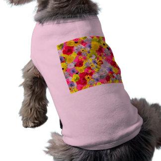 Flores femeninas en colores florecientes hermosos camiseta de perro