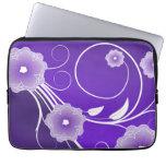 Flores florales púrpuras y remolinos funda computadora