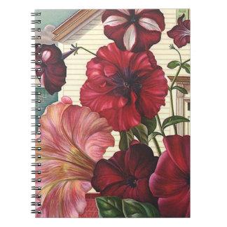 Flores florecientes de la petunia del diario del spiral notebook