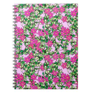 Flores fucsias en un pálido - fondo rosado libro de apuntes con espiral