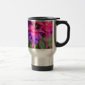 Flores fucsias rosadas y púrpuras en la floración taza de viaje