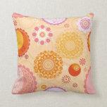 Flores geométricas circulares anaranjadas y rosada almohada