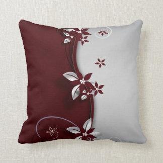Flores hermosas del efecto del gris rojo oscuro y  almohada