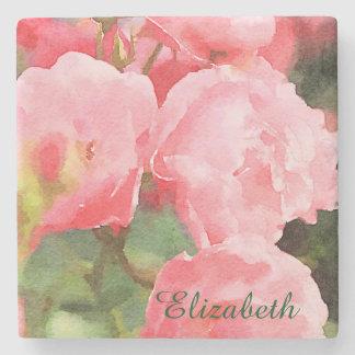 Flores inglesas rosadas hermosas de los rosas de posavasos de piedra