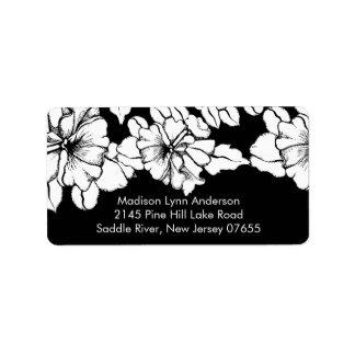 Flores intrépidas en etiquetas negras del remite etiqueta de dirección