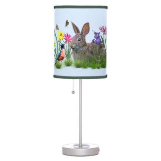 Flores, mariposas, petirrojo, y conejo de conejito lámpara de mesa