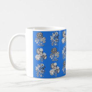 Flores monocromáticas en fondo azul eléctrico taza