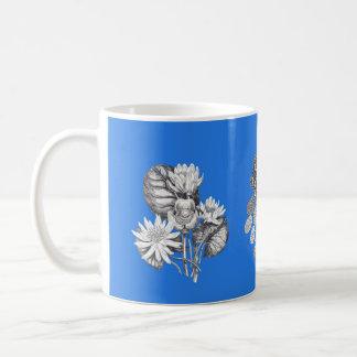 Flores monocromáticas en fondo azul eléctrico taza clásica