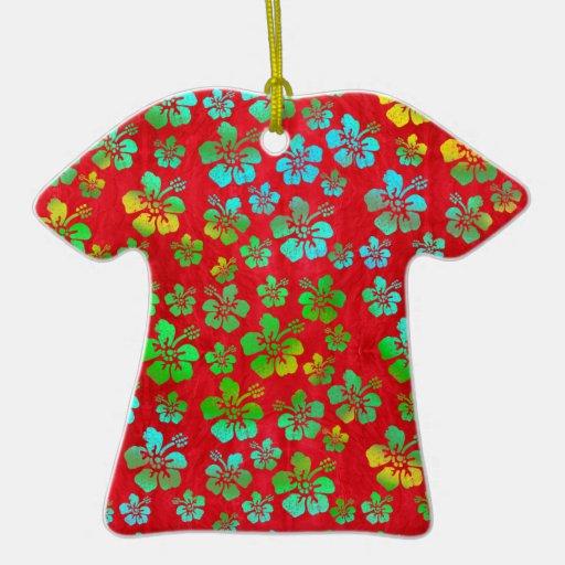 Flores multicoloras del hibisco en rojo adorno de cerámica en forma de playera