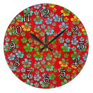 Flores multicoloras del hibisco en rojo reloj redondo grande