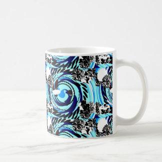 Flores negras/blancas con remolinos azules taza clásica