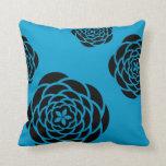 Flores negras en color de fondo de su opción almohada