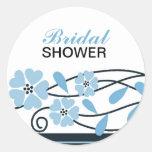Flores nupciales elegantes del azul de la ducha pegatinas redondas