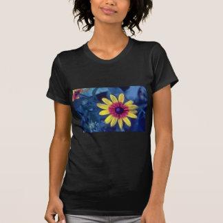 flores observadas negro amarillo de Susan Rudbeck Camisetas
