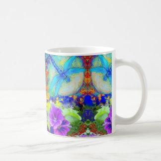 Flores púrpuras azules de Dragonflys que ligan por Taza De Café