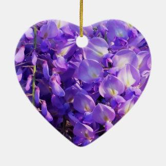 Flores púrpuras bonitas de las glicinias adorno de cerámica en forma de corazón