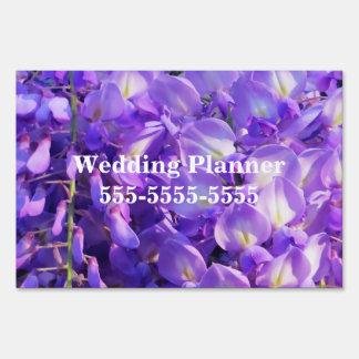 Flores púrpuras bonitas de las glicinias letreros