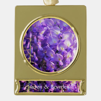 Flores púrpuras bonitas de las glicinias rótulos de adorno dorado