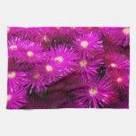 Flores púrpuras bonitas en la plena floración toalla de cocina