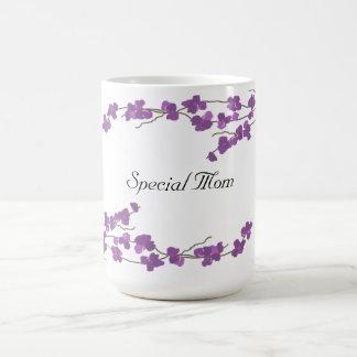 Flores púrpuras bonitos - mamá especial taza básica blanca