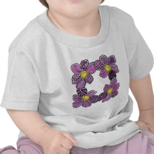 Flores púrpuras con Doodle amarillo de los estambr Camisetas