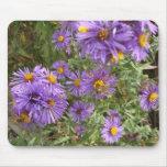 Flores púrpuras con el cojín de ratón de la abeja tapetes de raton