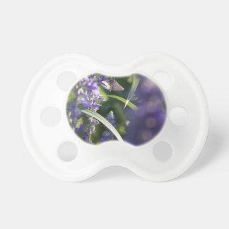 Flores púrpuras con la polilla chupetes de bebe