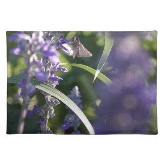 Flores púrpuras con la polilla mantel individual