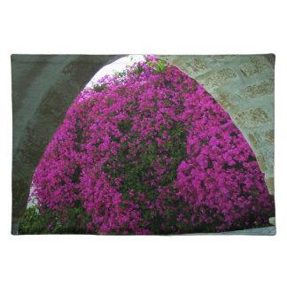 Flores púrpuras con un Arch Mantel Individual