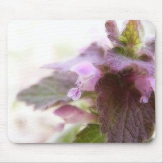 Flores púrpuras de Deadnettle Mousepad