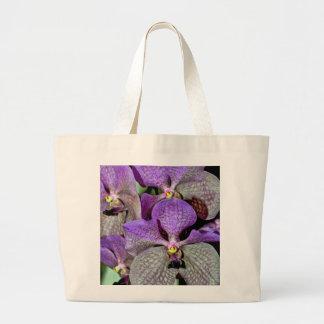 Flores púrpuras de la orquídea de polilla en la bolsa tela grande
