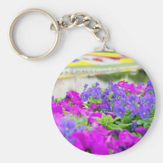 Flores púrpuras de la primavera llavero redondo tipo pin