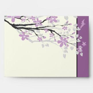 Flores púrpuras de la rama de la magnolia que sobres