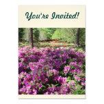 Flores púrpuras de las azaleas invitación