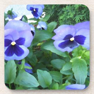 Flores púrpuras de los pensamientos del jardín de  posavasos