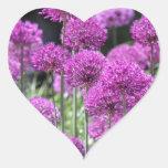 Flores púrpuras del bosque de la primavera del ajo calcomanías corazones personalizadas