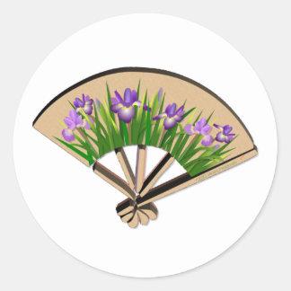 Flores púrpuras del iris en diseño japonés de la pegatina redonda