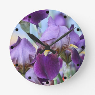 Flores púrpuras del iris reloj redondo mediano