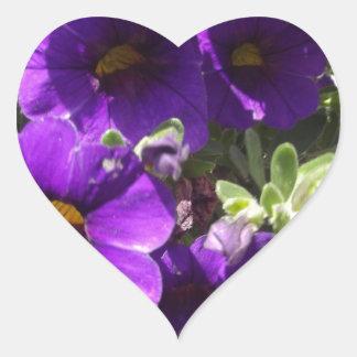 Flores púrpuras del jardín calcomanía de corazón personalizadas