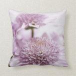 Flores púrpuras en colores pastel almohadas