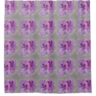 Flores púrpuras en la cortina de ducha de plata cortina de baño