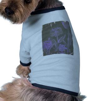 """""""Flores púrpuras en negro"""" por L. Leidig '07 Camisetas De Perro"""