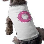 Flores púrpuras en rosa camisas de mascota