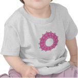 Flores púrpuras en rosa camiseta