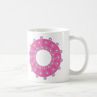 Flores púrpuras en rosa taza