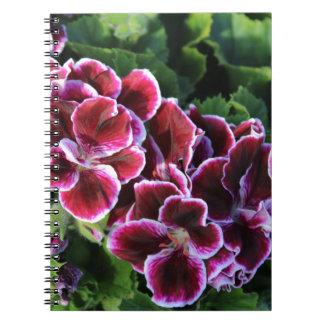 Flores púrpuras en un campo de verdes note book