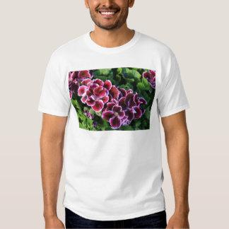 Flores púrpuras en un campo de verdes playera