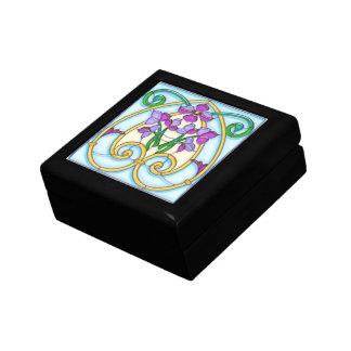 Flores púrpuras en un vitral de oro del huevo caja de joyas