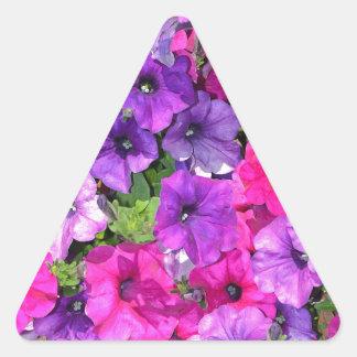 Flores púrpuras hermosas de la petunia pegatina triangular